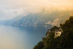 Puesta del sol vista de la ciudad de Positano en la costa de Amalfi, Italia Foto de archivo