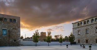 Puesta del sol vista del patio del palacio del ` s del arzobispo en Alcala de Henares, España, vista de la fachada principal fotos de archivo