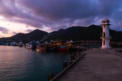 Puesta del sol viva con una opinión sobre una explosión Bao del pueblo de los pescadores populares en la isla de Ko CHang en Tail foto de archivo