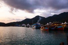 Puesta del sol viva con una opinión sobre una explosión Bao del pueblo de los pescadores populares en la isla de Ko CHang en Tail fotografía de archivo