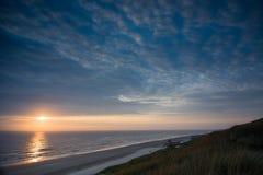 Puesta del sol viva en la playa holandesa Fotos de archivo