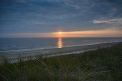 Puesta del sol viva en la playa holandesa Imagen de archivo