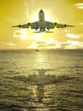 Puesta del sol y aeroplano Foto de archivo