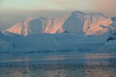Puesta del sol y alpenglow, montañas rosadas Imágenes de archivo libres de regalías