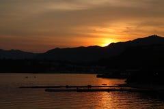 Puesta del sol y bahía foto de archivo libre de regalías
