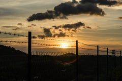 Puesta del sol y barbwire Imagen de archivo