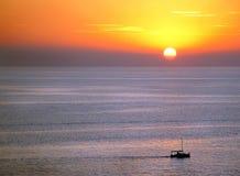Puesta del sol y barco Fotografía de archivo libre de regalías