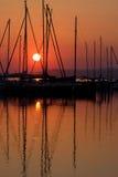 Puesta del sol y barco con la gente 6. Imagen de archivo libre de regalías