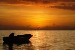 Puesta del sol y barco del mar. Fotos de archivo libres de regalías