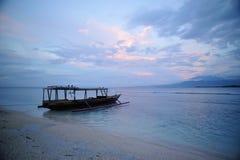 Puesta del sol y barco del pescador en las islas de Gili Imágenes de archivo libres de regalías