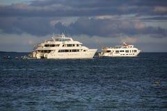 Puesta del sol y barcos de cruceros en las islas de las Islas Galápagos Imágenes de archivo libres de regalías