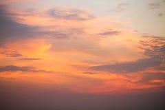 Puesta del sol y cielo en el tiempo crepuscular Foto de archivo libre de regalías