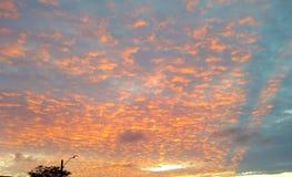 Puesta del sol y cielo hermoso Fotos de archivo