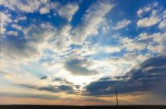 Puesta del sol y cloudscape fotografía de archivo