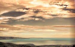 Puesta del sol y cloudscape sobre el mar Foto de archivo libre de regalías