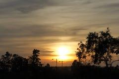 Puesta del sol y construcción Fotos de archivo