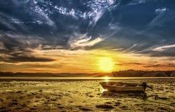 Puesta del sol y el barco Imágenes de archivo libres de regalías