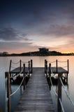 Puesta del sol y el embarcadero de madera Fotografía de archivo