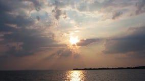 Puesta del sol y el mar azul profundo