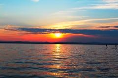 Puesta del sol y el sapsurfering Lago Uvildy Foto de archivo libre de regalías