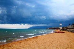 Puesta del sol y equipo de rescate del mar en la playa fotos de archivo