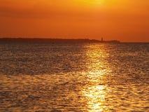 Puesta del sol y faro del mar. Foto de archivo libre de regalías
