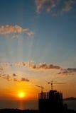Puesta del sol y grúa Fotos de archivo libres de regalías