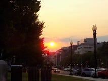 Puesta del sol y horizonte en la C.C. de Washington foto de archivo