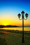 Puesta del sol y lámpara de calle en Nessebar, Bulgaria Imágenes de archivo libres de regalías