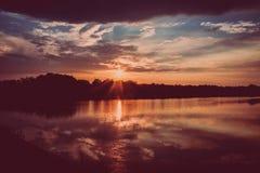 Puesta del sol y lago fotos de archivo