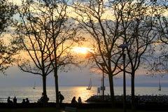 Puesta del sol y los árboles en otoño alrededor del lago Foto de archivo libre de regalías