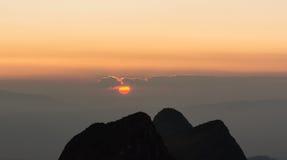 Puesta del sol y montaña de la silueta Imágenes de archivo libres de regalías