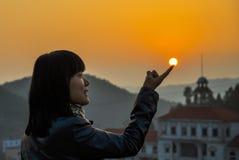 Puesta del sol y muchacha Fotografía de archivo