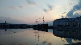 Puesta del sol y nave Imágenes de archivo libres de regalías
