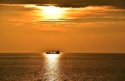 Puesta del sol y nave Imagen de archivo