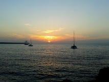 Puesta del sol y naves en el mar Fotografía de archivo libre de regalías