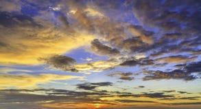 Puesta del sol y nube Fotos de archivo libres de regalías