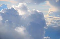Puesta del sol y nube en el cielo fotografía de archivo