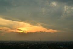 Puesta del sol y nube oscura Fotos de archivo libres de regalías