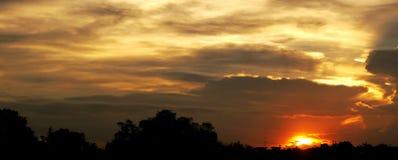 Puesta del sol y nube roja Fotografía de archivo libre de regalías