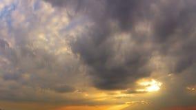 Puesta del sol y nubes coloridas. Timelapse almacen de metraje de vídeo