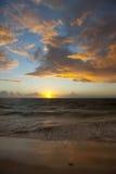 Puesta del sol y nubes de tormenta imagenes de archivo