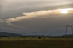 Puesta del sol y nubes, Deva, Rumania foto de archivo