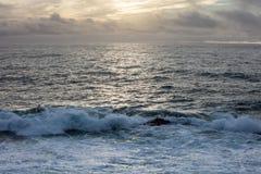 Puesta del sol y Océano Pacífico en California septentrional imagen de archivo