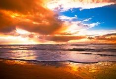 Puesta del sol y ondas Foto de archivo libre de regalías