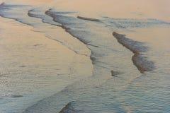 Puesta del sol y ondas suaves Hamburgo de la playa de Wittenbergen fotografía de archivo