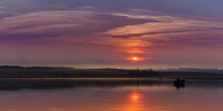 Puesta del sol y pesca en el lago fotos de archivo