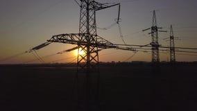 Puesta del sol y pilón de alto voltaje del poder almacen de video