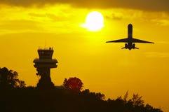 puesta del sol y plano Imagen de archivo libre de regalías