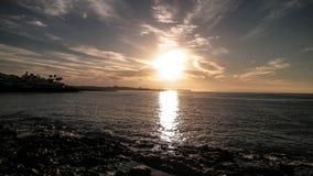 Puesta del sol y playa en Blanca de Playa, Lanzarote, islas canarias Foto de archivo libre de regalías